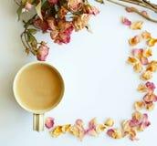 Imagen del fondo del otoño con las rosas y la taza secas de wi del café imágenes de archivo libres de regalías