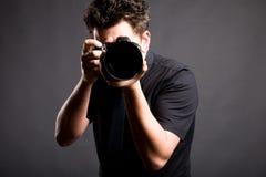 Imagen del fotógrafo en camisa negra Fotos de archivo