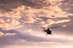 Imagen del helicóptero en la puesta del sol Fotos de archivo
