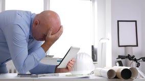 Imagen del hombre de negocios que tiene acceso a la información técnica usando base de datos de la tableta de tacto almacen de video