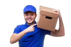 Imagen del hombre en camiseta y gorra de béisbol azules con la caja de cartón fotografía de archivo libre de regalías