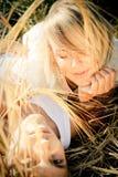 Imagen del hombre joven y de la mujer en campo de trigo Imagen de archivo