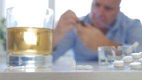 Imagen del hombre que hace para abusar para tomar píldoras y para consumir el alcohol fotografía de archivo