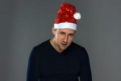 Imagen del hombre serio adulto en sombrero de la Navidad Fotos de archivo