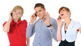 Imagen del hombre y de la mujer con los teléfonos celulares Imagenes de archivo