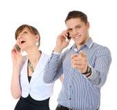 Imagen del hombre y de la mujer con los teléfonos celulares Foto de archivo libre de regalías