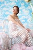 Imagen del humor del verano donde muchacha hermosa que presenta entre las nubes Fotos de archivo