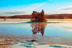 Imagen del invierno de una pequeña isla Foto de archivo