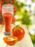 Imagen del jugo de tomate y del primer de los tomates imágenes de archivo libres de regalías