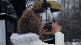Imagen del lanzamiento de la muchacha en los caminos del invierno de Chernóbil metrajes