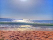 imagen del mar tomado con un ejemplo de la mañana de un mar llenado de las joyas y de la arena de oro imágenes de archivo libres de regalías
