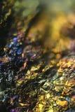 Imagen del microscopio del mineral de cobre colorido Foto de archivo libre de regalías