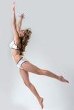 Imagen del modelo delgado que presenta en salto Fotos de archivo libres de regalías
