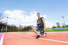 Imagen del muchacho deportivo con pesas de gimnasia en estadio Foto de archivo
