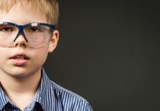 Imagen del muchacho lindo con los vidrios digitales. Concepto de la tecnología. fotos de archivo libres de regalías