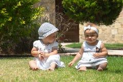 Imagen del niño de dos bebés que se divierte que juega al aire libre, de mejores amigos, del concepto feliz de la familia, del am Fotografía de archivo