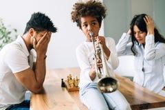 Imagen del niño que hace ruido tocando la trompeta fotografía de archivo libre de regalías
