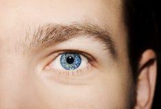 Imagen del ojo azul del ` s del hombre Fotografía de archivo