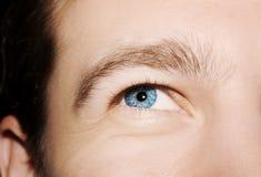 Imagen del ojo azul del ` s del hombre Foto de archivo