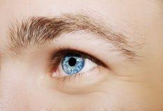 Imagen del ojo azul del ` s del hombre Imagenes de archivo