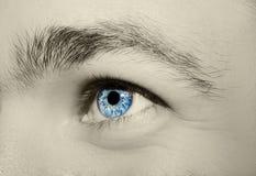 Imagen del ojo azul del ` s del hombre Imagen de archivo