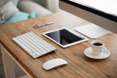 Imagen del ordenador, de tijeras y de la cámara en el escritorio de trabajo Imagen de archivo