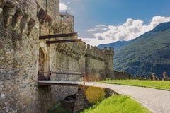 Imagen del paisaje del castillo Montebello durante el día foto de archivo