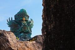 Imagen del paisaje de la estatua vieja de Garuda Wisnu Kencana GWK como señal de Bali con el cielo azul como fondo Balinese tradi imagen de archivo libre de regalías