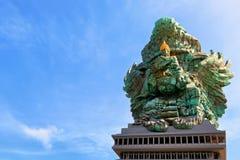 Imagen del paisaje de la estatua vieja de Garuda Wisnu Kencana GWK como señal de Bali con el cielo azul como fondo Balinese tradi fotografía de archivo