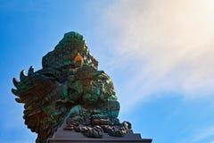 Imagen del paisaje de la estatua vieja de Garuda Wisnu Kencana GWK como señal de Bali con el cielo azul como fondo Balinese tradi fotos de archivo