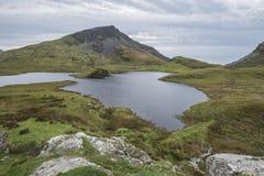 Imagen del paisaje de la tarde del lago Llyn y Dywarchen en otoño en Sn Imagenes de archivo