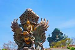 Imagen del paisaje de las estatuas viejas de Garuda Wisnu Kencana GWK como señal de Bali con el cielo azul como fondo Balinese tr imagenes de archivo