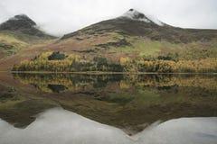 Imagen del paisaje de Stuning Autumn Fall del lago Buttermere en el lago D Imagen de archivo