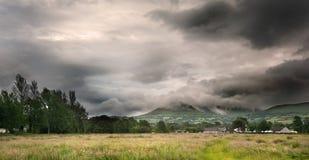 Imagen del paisaje del campo a través a las montañas Foto de archivo
