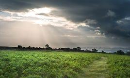Imagen del paisaje del campo a través a las montañas Fotos de archivo