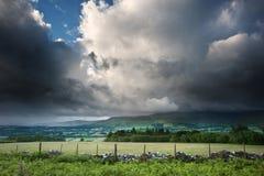 Imagen del paisaje del campo a través a las montañas Imágenes de archivo libres de regalías