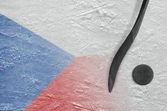 Imagen del palillo checo de la bandera y de hockey con un duende malicioso Foto de archivo libre de regalías