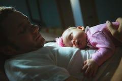 Imagen del papá joven con la pequeña hija linda adentro Imagen de archivo