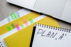Imagen del plan a y del lápiz en la tabla de la oficina o el escritorio de oficina Fotografía de archivo