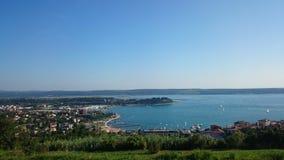 Imagen del portorose de la ciudad cercana de la colina por el mar Imágenes de archivo libres de regalías