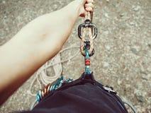 Imagen del POV de la mujer del escalador en arnés Imagen de archivo libre de regalías
