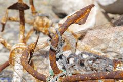 Imagen del primer de anclas aherrumbradas con los pedazos de viejas cuerdas Fondo marino hermoso foto de archivo libre de regalías