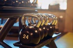 Imagen del primer de dumbells en un soporte Equipo del gimnasio Fotografía de archivo
