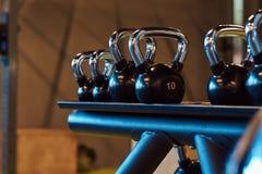 Imagen del primer de dumbells en un soporte Equipo del gimnasio Foto de archivo libre de regalías
