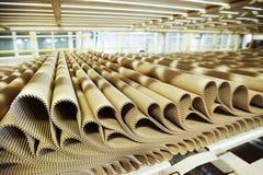 Imagen del primer de la fila de la cartulina del plisado en el fondo de la fábrica Imagen de archivo