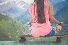Imagen del primer de la muchacha de la moda del inconformista que hace yoga Fotografía de archivo