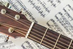 Imagen del primer de la nota de la guitarra acústica y de la música Imágenes de archivo libres de regalías