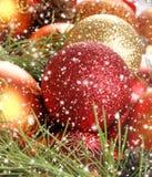 Imagen del primer de las bolas brillantes y hermosas de la Navidad Imágenes de archivo libres de regalías