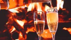 Imagen del primer de las burbujas y de la espuma de aire en dos vidrios de champán, día de San Valentín almacen de metraje de vídeo