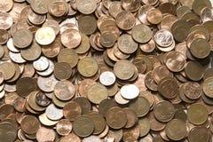 Imagen del primer de monedas euro rojas sobre el fondo blanco No isola Imagen de archivo